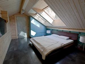 Nowoczesny Dom z finskiego bala - Duża sypialnia małżeńska na poddaszu, styl skandynawski - zdjęcie od TiM Grey Projektowanie Wnętrz