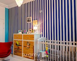 Eklektyczny Apartament w Warszawie - Średni biały niebieski pokój dziecka dla chłopca dla niemowlaka, styl eklektyczny - zdjęcie od TiM Grey Projektowanie Wnętrz