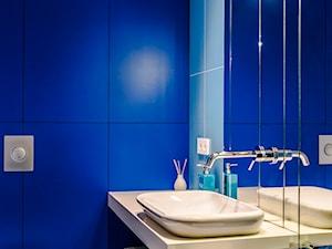 Eklektyczny Apartament w Warszawie - Mała niebieska łazienka w bloku w domu jednorodzinnym bez okna, styl eklektyczny - zdjęcie od TiM Grey Projektowanie Wnętrz