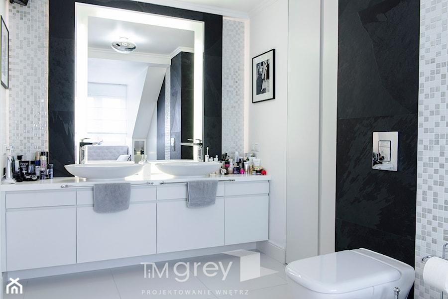 147m2 francuskiej ELEGANCJI - Mała biała czarna łazienka na poddaszu w domu jednorodzinnym z oknem, styl nowojorski - zdjęcie od TiM Grey Projektowanie Wnętrz