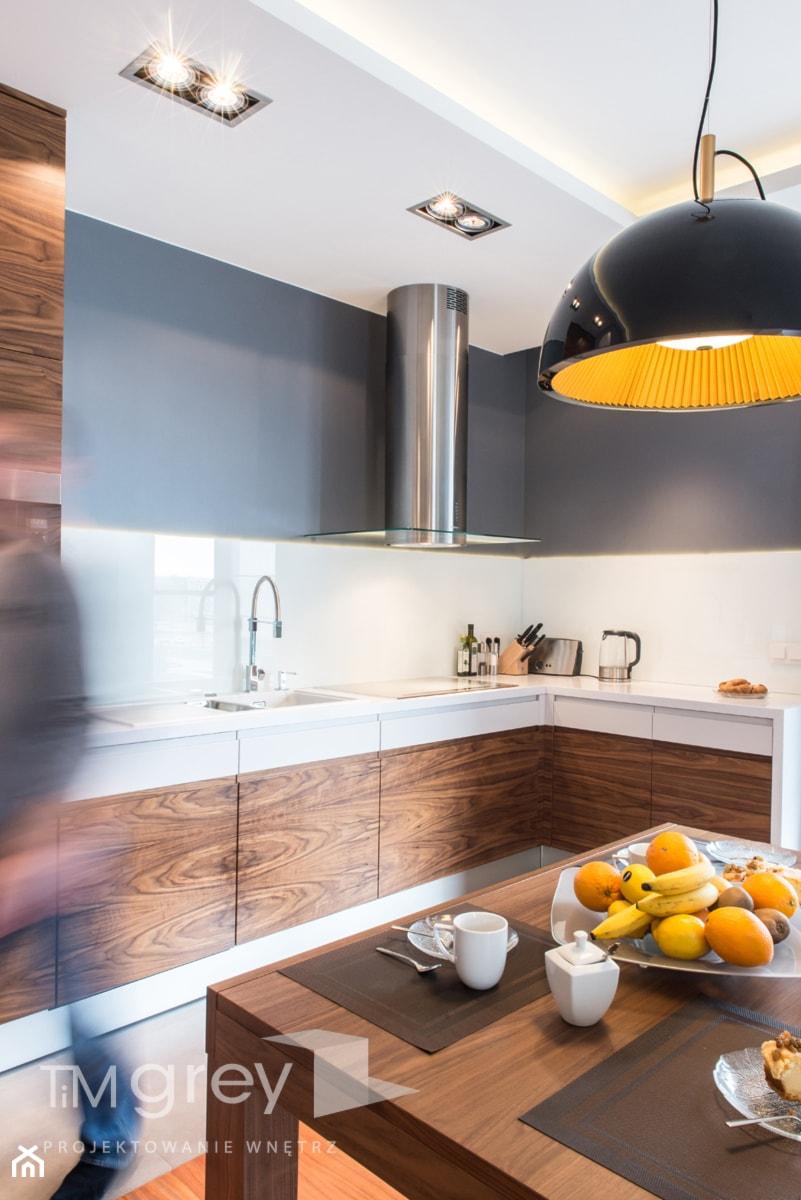 Wilanowski Apartament - Mała średnia otwarta biała kuchnia w kształcie litery l, styl nowoczesny - zdjęcie od TiM Grey Projektowanie Wnętrz