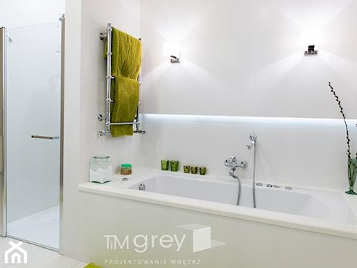 klasyczna jasna łazienka doprawiona zielenią