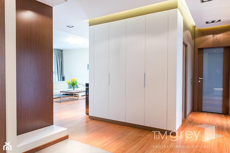 Wilanowski Apartament - Średni biały szary hol / przedpokój, styl nowoczesny - zdjęcie od TiM Grey Projektowanie Wnętrz