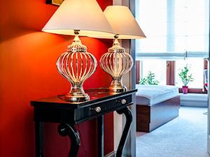 Eklektyczny Apartament w Warszawie - Mały pomarańczowy hol / przedpokój, styl eklektyczny - zdjęcie od TiM Grey Projektowanie Wnętrz