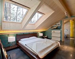 Nowoczesny Dom z finskiego bala - Duża zielona sypialnia na poddaszu z łazienką, styl skandynawski - zdjęcie od TiM Grey Projektowanie Wnętrz
