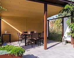 Nowoczesny ogród z altaną - Średni taras z tyłu domu - zdjęcie od Naturalnie Studio - pracownia architektury krajobrazu
