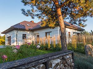Ogród trawiasty - Duży ogród przed domem, styl nowoczesny - zdjęcie od Naturalnie Studio - pracownia architektury krajobrazu