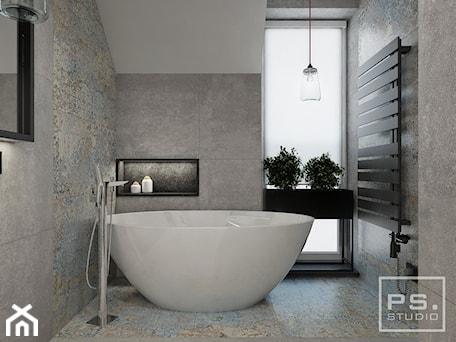 PS   4 - Mała szara łazienka na poddaszu w domu jednorodzinnym z oknem, styl nowoczesny - zdjęcie od PS.STUDIO