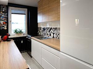 Mała kuchnia w bloku - METAMORFOZA - Średnia zamknięta wąska czarna kuchnia jednorzędowa z oknem, styl nowoczesny - zdjęcie od KOCHAN wnętrza