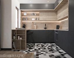 DOM_PIOTRKÓW KUJAWSKI _150MKW_03_2018 - Średnia otwarta biała kuchnia w kształcie litery u z oknem, styl nowoczesny - zdjęcie od Magda Mikołajczyk PRACOWNIA PROJEKTOWANIA WNĘTRZ