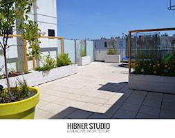 Projekt i realizacja tarasu, Warszawa - Duży taras z tyłu domu, styl nowoczesny - zdjęcie od Hibner Studio Pracownia Architektury Krajobrazu