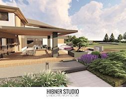 Ogród nowoczesny na mazurach - Duży ogród za domem zadaszony przedłużeniem dachu, styl nowoczesny - zdjęcie od Hibner Studio Pracownia Architektury Krajobrazu