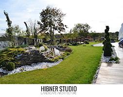 Ogród rezydencjonalny, Płock - Duży ogród za domem z oczkiem wodnym, styl klasyczny - zdjęcie od Hibner Studio Pracownia Architektury Krajobrazu