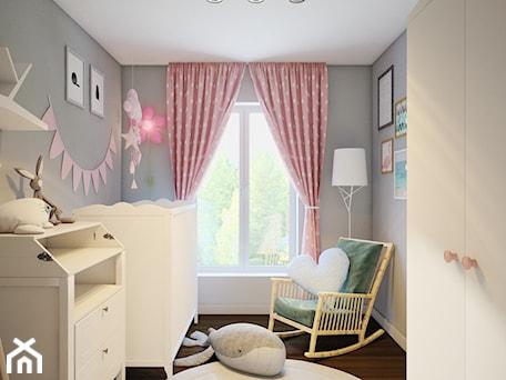 zielony akcent - Mały szary pokój dziecka dla dziewczynki dla niemowlaka, styl skandynawski - zdjęcie od Finchstudio Architektura Wnętrz