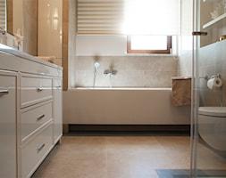 Dom we Wrocławiu 1 - Mała biała łazienka na poddaszu w bloku w domu jednorodzinnym z oknem, styl nowoczesny - zdjęcie od Finchstudio Architektura Wnętrz