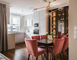 Apartament inspirowany Paryżem - Średnia otwarta biała kuchnia w kształcie litery u w aneksie z okne ... - zdjęcie od Finchstudio Architektura Wnętrz - Homebook