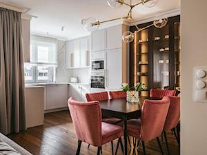Apartament inspirowany Paryżem - Średnia otwarta biała kuchnia w kształcie litery u w aneksie z oknem - zdjęcie od Finchstudio Architektura Wnętrz