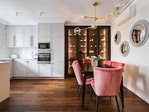 Apartament inspirowany Paryżem - Duża otwarta biała kuchnia w kształcie litery u z oknem - zdjęcie od Finchstudio Architektura Wnętrz