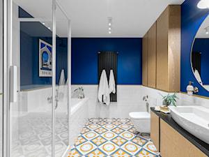 Granatowe mieszkanie - Średnia niebieska szara łazienka w bloku w domu jednorodzinnym bez okna, styl nowoczesny - zdjęcie od Finchstudio Architektura Wnętrz