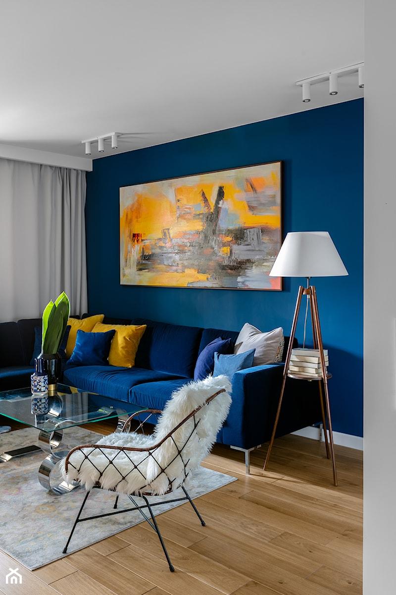 Granatowe mieszkanie - Mały niebieski salon, styl włoski - zdjęcie od Finchstudio Architektura Wnętrz