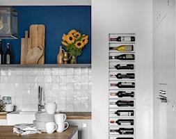 Granatowe mieszkanie - Mała zamknięta szara niebieska kuchnia w kształcie litery l z wyspą, styl tradycyjny - zdjęcie od Finchstudio Architektura Wnętrz