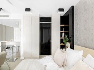 Jasny apartament - Mała szara sypialnia małżeńska, styl minimalistyczny - zdjęcie od Finchstudio Architektura Wnętrz