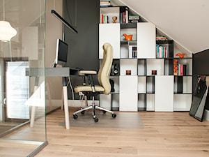 Dom we Wrocławiu 1 - Małe beżowe szare biuro kącik do pracy na poddaszu, styl nowoczesny - zdjęcie od Finchstudio Architektura Wnętrz