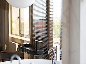 Apartament Wrocław 100m2 - Średnia biała beżowa łazienka z oknem, styl nowojorski - zdjęcie od Finchstudio Architektura Wnętrz