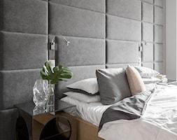 Minimalistyczny apartament w Krakowie 2016 - Mała średnia szara sypialnia małżeńska, styl minimalistyczny - zdjęcie od Finchstudio Architektura Wnętrz