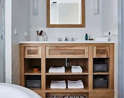 Dom na Mazurach - Mała biała łazienka w bloku w domu jednorodzinnym bez okna, styl klasyczny - zdjęcie od BBHome Design