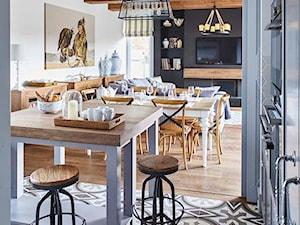 Dom na Mazurach - Średnia otwarta biała czarna jadalnia w salonie, styl rustykalny - zdjęcie od BBHome Design