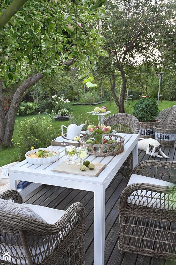 Realizacje- Romantyczny dom wśród jabłoni - Duży taras z tyłu domu, styl klasyczny - zdjęcie od HolArt Studio