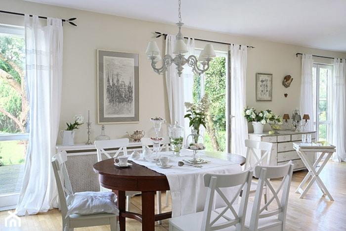 Realizacje- Romantyczny dom wśród jabłoni - Mała otwarta beżowa jadalnia w salonie, styl prowansalski - zdjęcie od HolArt Studio