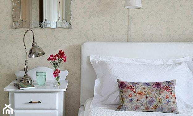 beżowa tapeta i białe meble w sypialni