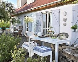 Realizacje- Romantyczny dom wśród jabłoni - Duży taras z tyłu domu z basenem, styl prowansalski - zdjęcie od HolArt Studio
