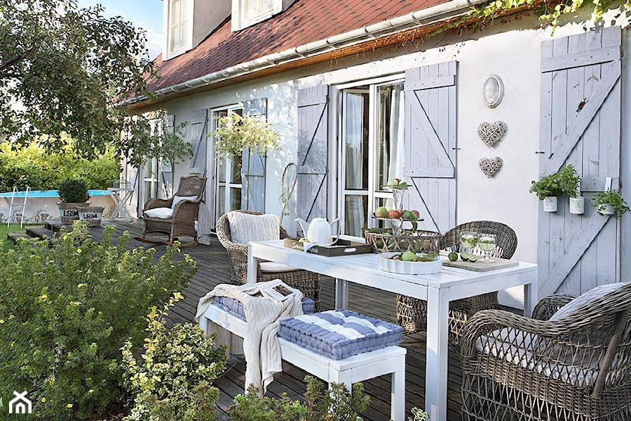 Realizacje romantyczny dom w r d jab oni du y taras z for Planimetrie del cottage del cortile