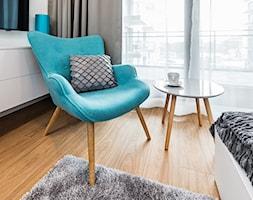 Sesja foto mieszkania na wynajem nr 4_Gdańsk, Wyspa Spichrzów - Mała biała sypialnia małżeńska z balkonem / tarasem, styl nowoczesny - zdjęcie od WITTWÓRNIA: Robert Witt - Homebook