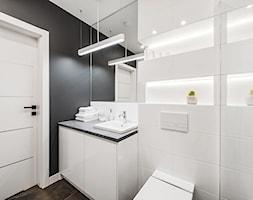 Sesja foto mieszkania na wynajem nr 4_Gdańsk, Wyspa Spichrzów - Mała biała czarna łazienka w bloku w domu jednorodzinnym bez okna, styl minimalistyczny - zdjęcie od WITTWÓRNIA: Robert Witt - Homebook