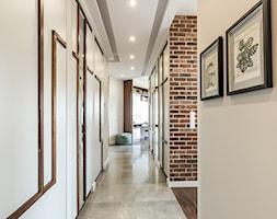 Sesja foto apartamentu prywatnego_Gdynia - Duży beżowy hol / przedpokój, styl kolonialny - zdjęcie od WITTWÓRNIA: Robert Witt