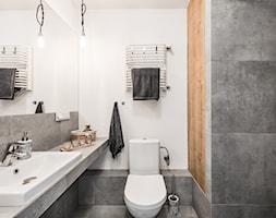 Sesja foto mieszkania inwestycyjnego na sprzedaż - Mała biała czarna łazienka w bloku w domu jednorodzinnym bez okna, styl skandynawski - zdjęcie od WITTWÓRNIA: Robert Witt - Homebook