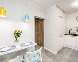 Sesja foto mieszkania inwestycyjnego na sprzedaż - Mała biała jadalnia w kuchni, styl skandynawski - zdjęcie od WITTWÓRNIA: Robert Witt - Homebook