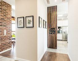 Sesja foto apartamentu prywatnego_Gdynia - Średni biały beżowy hol / przedpokój, styl kolonialny - zdjęcie od WITTWÓRNIA: Robert Witt