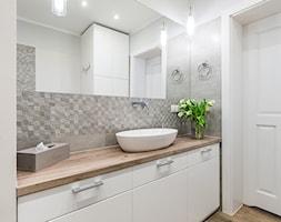 Sesja foto domu prywatnego_Pruszcz Gdański - Mała biała szara łazienka na poddaszu w bloku w domu jednorodzinnym bez okna, styl prowansalski - zdjęcie od WITTWÓRNIA: Robert Witt