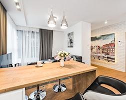Sesja foto mieszkania na wynajem nr 4_Gdańsk, Wyspa Spichrzów - Mały biały salon z jadalnią, styl nowoczesny - zdjęcie od WITTWÓRNIA: Robert Witt - Homebook