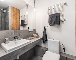 Sesja foto mieszkania inwestycyjnego na sprzedaż - Średnia biała łazienka w bloku w domu jednorodzinnym bez okna, styl skandynawski - zdjęcie od WITTWÓRNIA: Robert Witt - Homebook