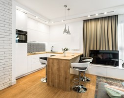 Sesja foto mieszkania na wynajem nr 4_Gdańsk, Wyspa Spichrzów - Średnia biała kuchnia w kształcie litery u w aneksie z wyspą z oknem, styl minimalistyczny - zdjęcie od WITTWÓRNIA: Robert Witt