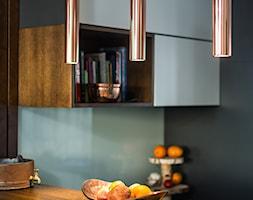 Sesja foto apartamentu prywatnego_Gdynia - Mała otwarta szara czarna kuchnia w kształcie litery l, styl kolonialny - zdjęcie od WITTWÓRNIA: Robert Witt