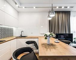 Sesja foto mieszkania na wynajem nr 4_Gdańsk, Wyspa Spichrzów - Średnia otwarta biała kuchnia w kształcie litery u w aneksie z oknem, styl minimalistyczny - zdjęcie od WITTWÓRNIA: Robert Witt - Homebook