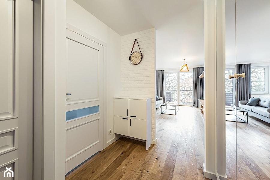 Sesja foto mieszkania na wynajem_Gdańsk Wrzeszcz - Średni biały hol / przedpokój, styl skandynawski - zdjęcie od WITTWÓRNIA: Robert Witt