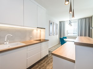 Sesja foto apartamentu na wynajem_Gdańsk - Średnia zamknięta biała kuchnia jednorzędowa z oknem, styl nowoczesny - zdjęcie od WITTWÓRNIA: Robert Witt